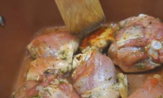 Пикантная курица запеченная с томатами и фруктами