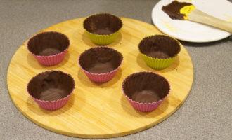 Клубничный десерт в шоколадных корзиночках